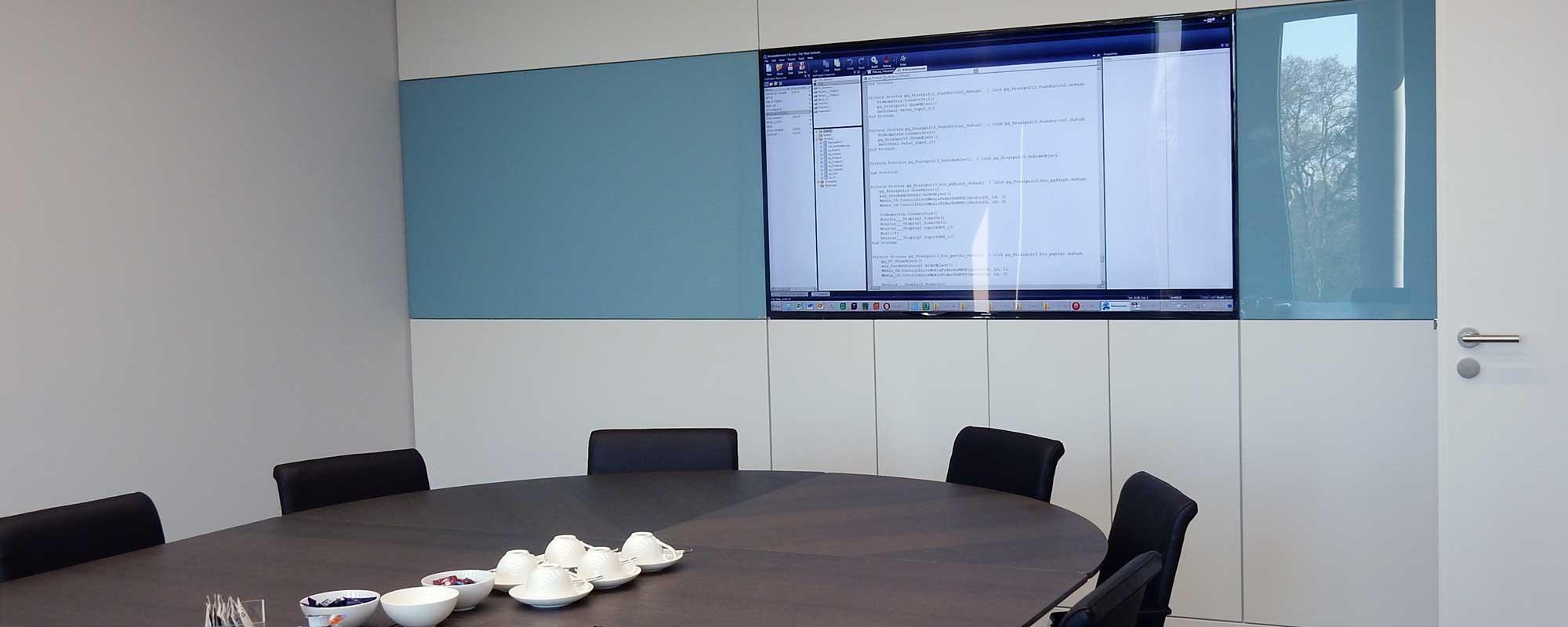 Trennbarer Konferenzraum mit kaskadierbarer Mediensteuerung und separat zuschaltbarem Monitor für bis zu 75 Personen