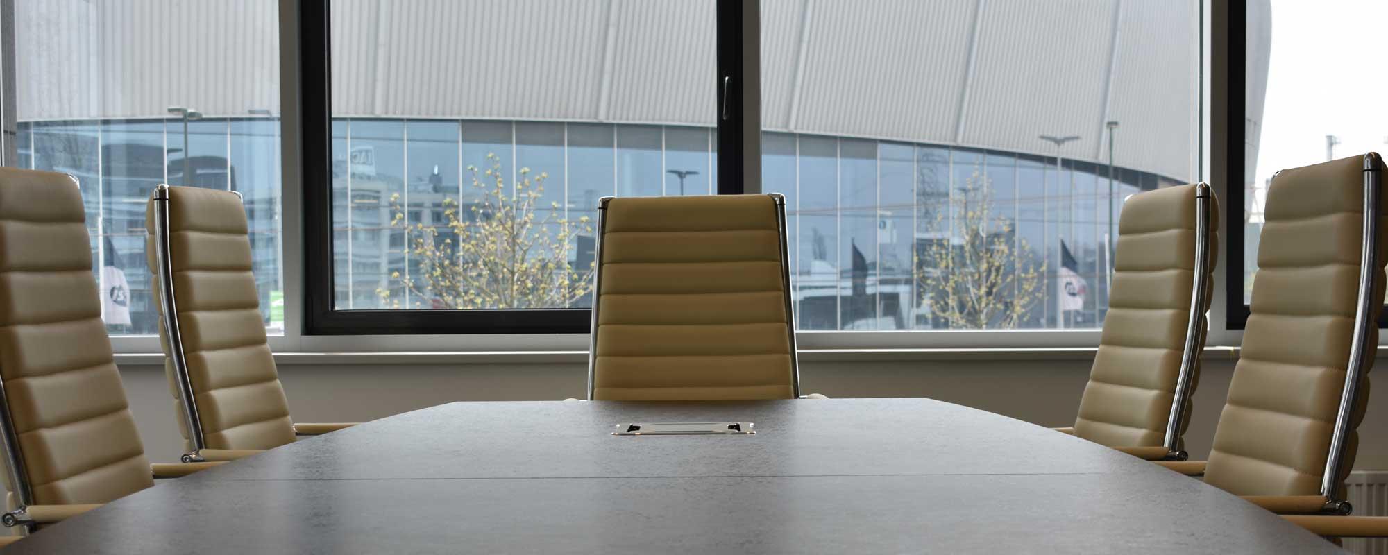 Raum für Videokonferenzen mit integriertem Komtech Tischanschlußfeld Skytower für einfachste Präsentationseinblendung