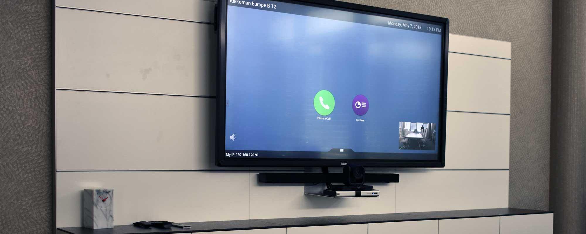 Videokonferenzraum mit interaktivem Monitor für zusätzliche Präsentationen