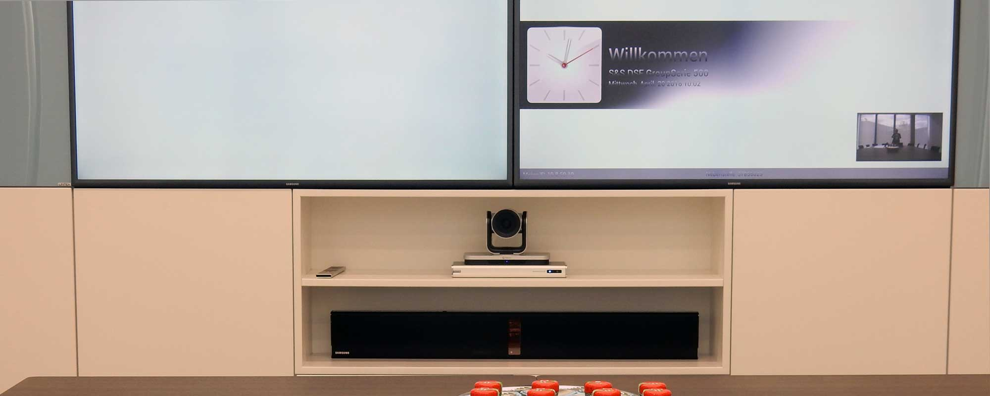Videokonferenzsystem Polycom RealPresence Group mit 85 Zoll Monitor individuell angepasster Wandhalterung und Soundbar - SkyOffice Düsseldorf 11. Etage